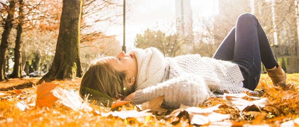 Femme allongé dans les feuilles - automne, ville