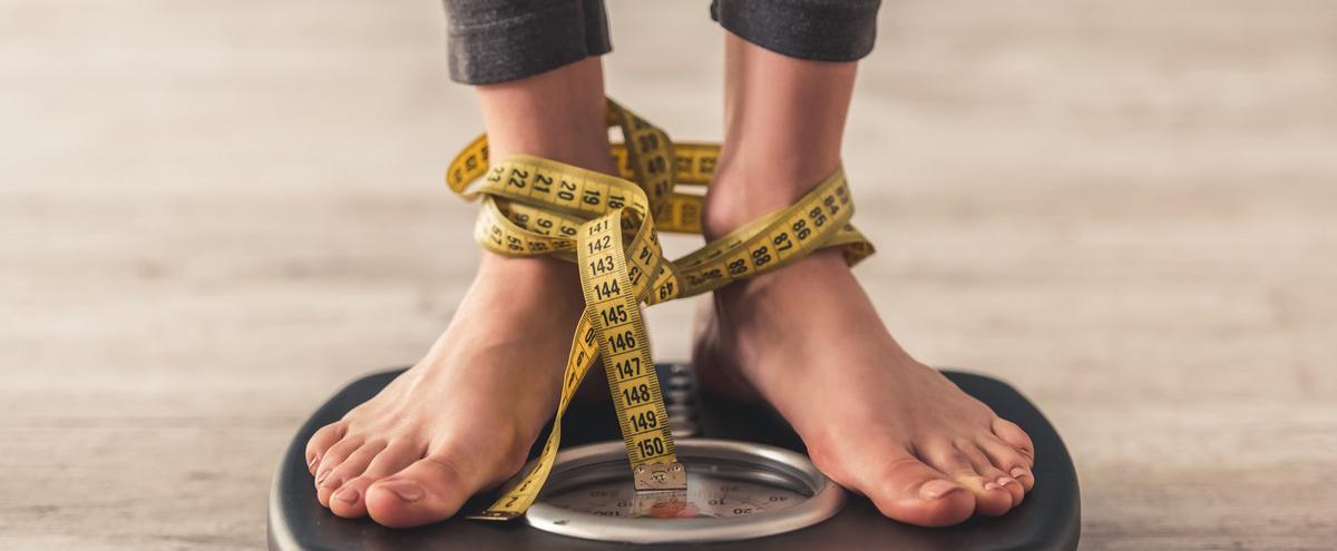 Anorexie, femme sur balance