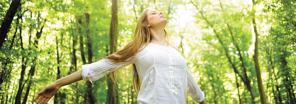 Femme respire dans une forêt - Triple Réchauffeur