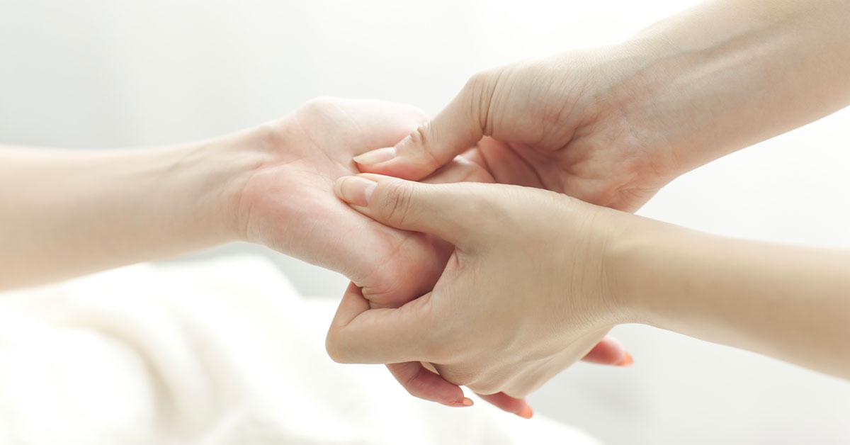 massage des mains pour prévenir les troubles de santé